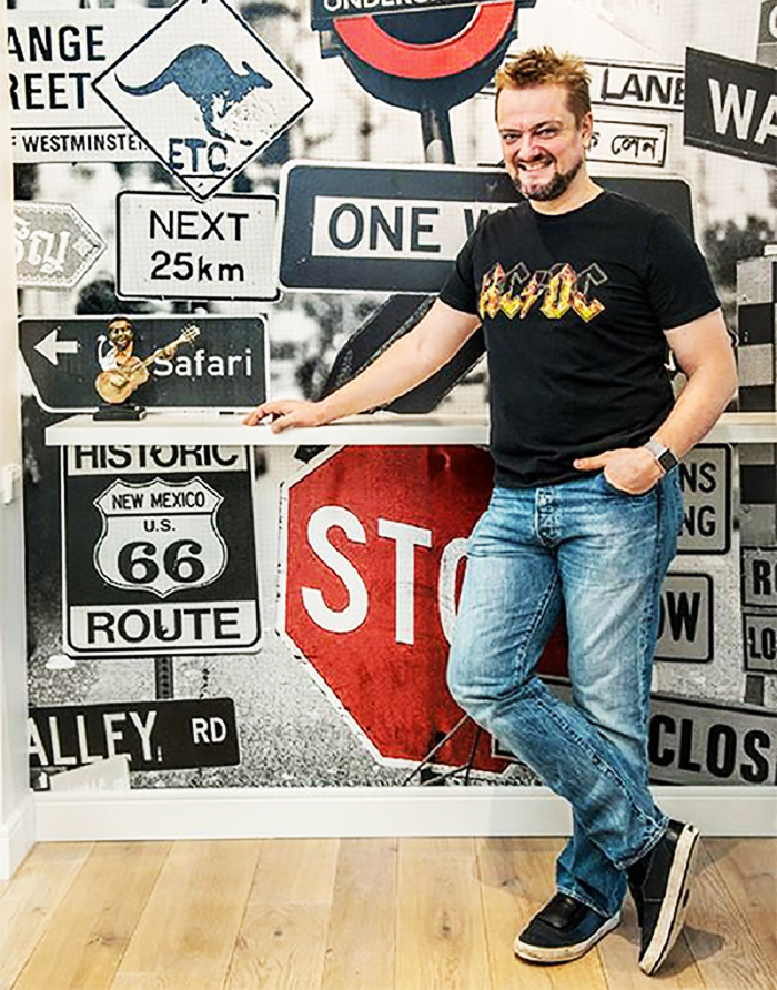 Стену в прихожей оклеили плакатами с изображением дорожных знаков Лондона, на небольшой белой полочке будут храниться все награды Александра