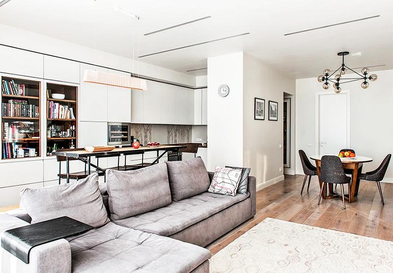 Зонирование выполнено при помощи дивана и источников освещения