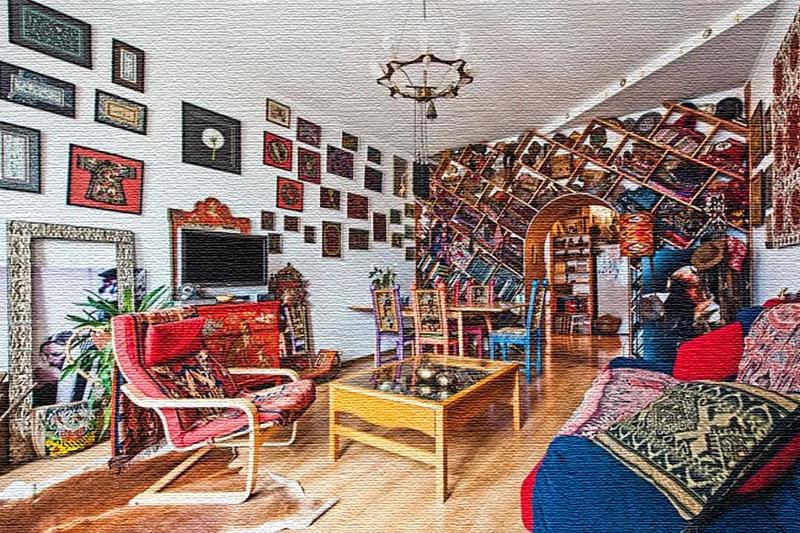 Комнату украшает оригинальная люстра, изготовленная из обода с лампочками-свечками