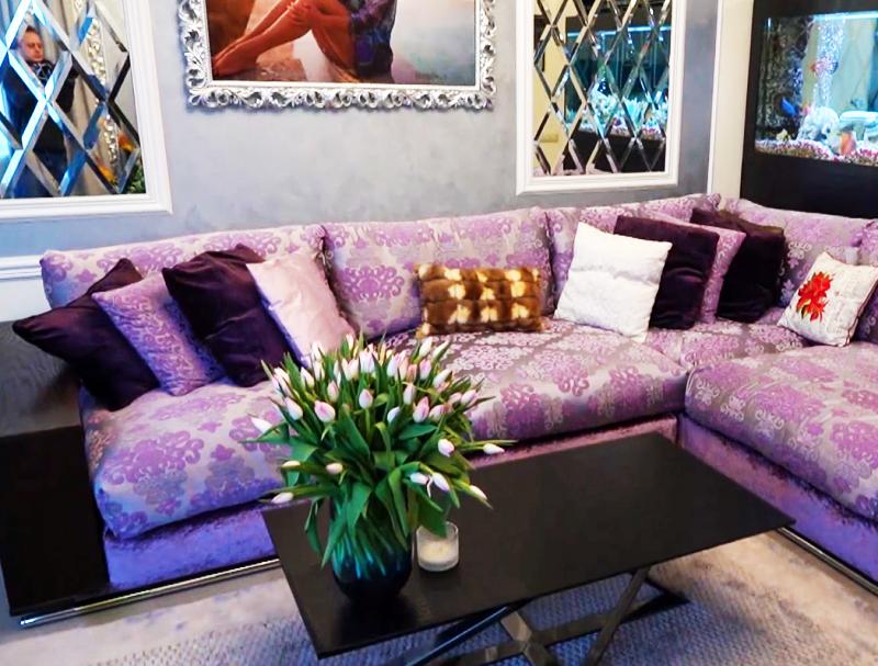 Диван украшен большим количеством декоративных подушек