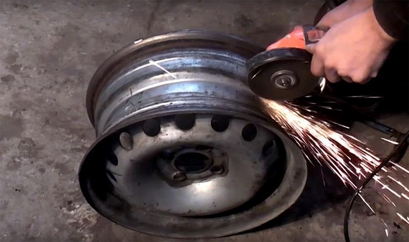 В диске, который будет снизу, нужно выпилить отверстие и сделать съёмный поддон для извлечения пепла