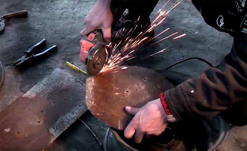 Замерьте внутреннюю часть диска, сделайте шаблон и обрежьте по нему кусок толстого листового металла, чтобы получился круг, который можно будет потом приварить к полукольцу