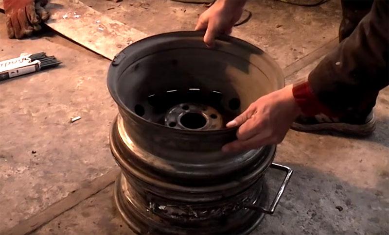 Второй диск устанавливается на нижний ободом вниз, в нём нет необходимости что-то переделывать, а через вентиляционные отверстия потом будет просыпаться пепел в поддон