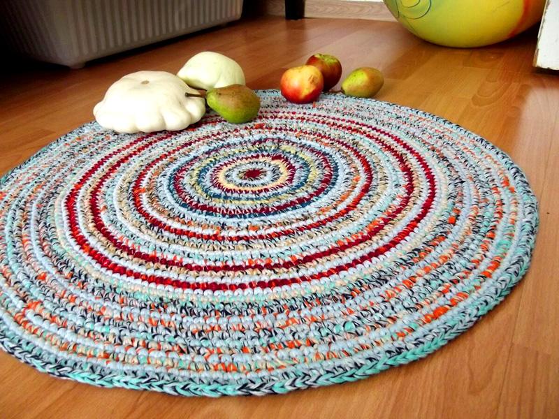 Связать коврик лучше всего, используя технику крупной вязки. Так получившееся изделие будет очень красивым и добавит уюта в вашей комнате