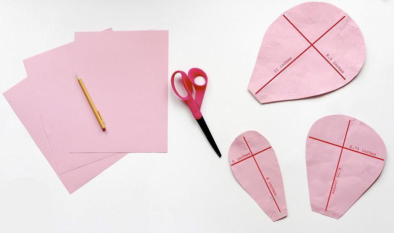 Исходный материал легко режется острыми ножницами или лезвием ножа, так что вы можете придать лепесткам и листьям практически любую форму