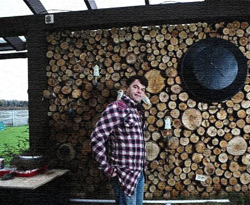 Деревянные балки, покрашенные в цвет венге, прекрасно дополняют дровяную стену