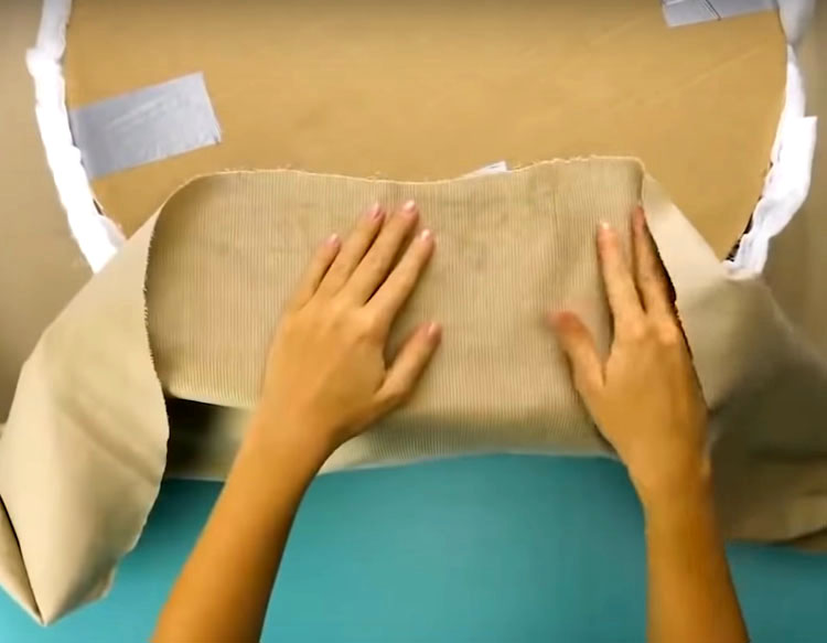 Для оформления пуфа вам потребуется кусок ткани размером 1,5×1,5 м². Подберите текстиль, соответствующий вашему интерьеру