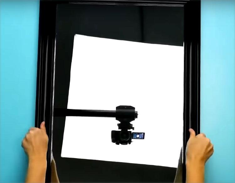 Подберите прямоугольное зеркало в раме. Важно, чтобы высота зеркала соответствовала высоте рабочего стола