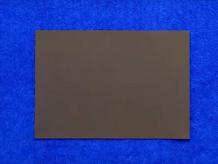 Для работы вам потребуется лист фоамирана. Купить такой материал можно практически в любом магазине для рукоделия. Это лист тонкой и мягкой на ощупь резиновой пенки