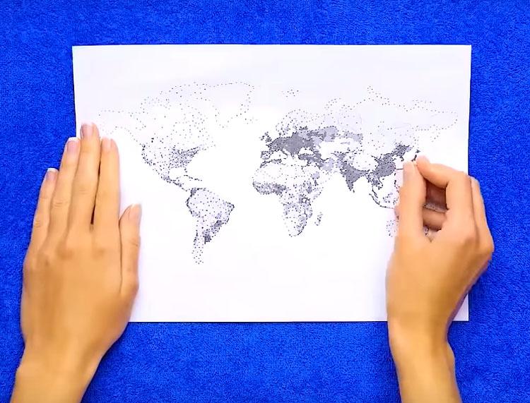Распечатайте на листе бумаги какой-нибудь интересный рисунок или орнамент. Наложите лист на фоамиран и толстой иглой перенесите контуры рисунка на резину, протыкая её насквозь. Чтобы было удобнее, подложите под фом полотенце