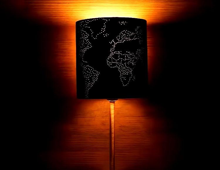 Если вы включите лампу в темноте, то контуры рисунка будут просвечивать через множество крохотных отверстий. Это очень красиво