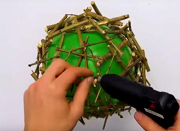 Сделайте несколько слоёв такого покрытия, хаотично размещая веточки одну над другой