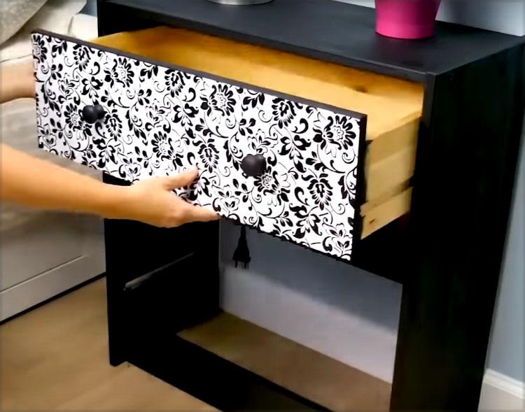 Корпус комода нужно покрасить. Чтобы краска легла ровно и прочно, предварительно слегка ошкурьте поверхность и покройте её грунтовкой.Акриловая краска сохнет быстро и почти не имеет запаха, так что весь процесс не займёт много времени