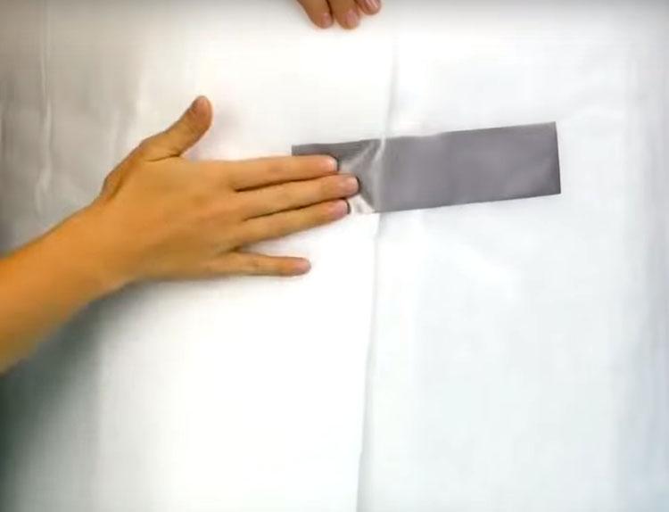 Оберните бока пуфа синтепоном и, чтобы он не разворачивался, закрепите его в нескольких местах скотчем