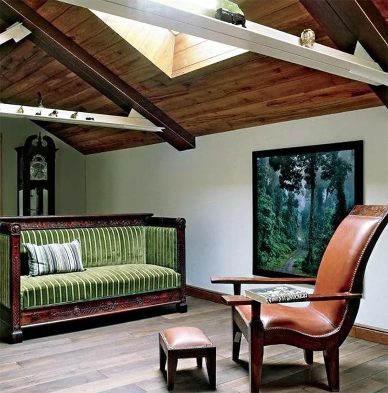 Стена кабинета украшена фотоработой знаменитого Антона Ланге с изображением лесного пейзажа