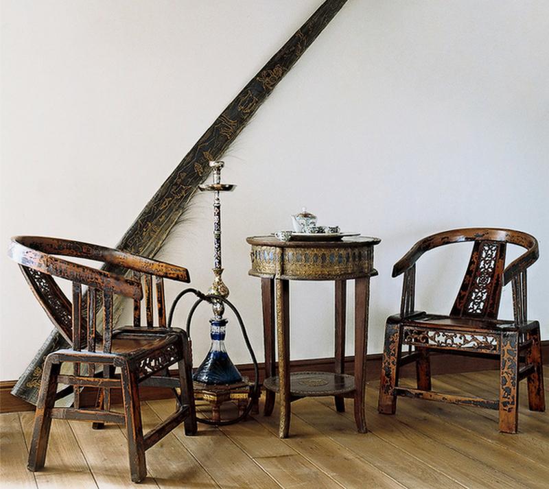 Квартира наполнена оригинальными старинными предметами мебели