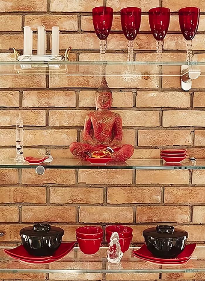 На стеклянных полочках Ирина разместила посуду и статуэтку медитирующего Будды, сидящего в позе лотоса