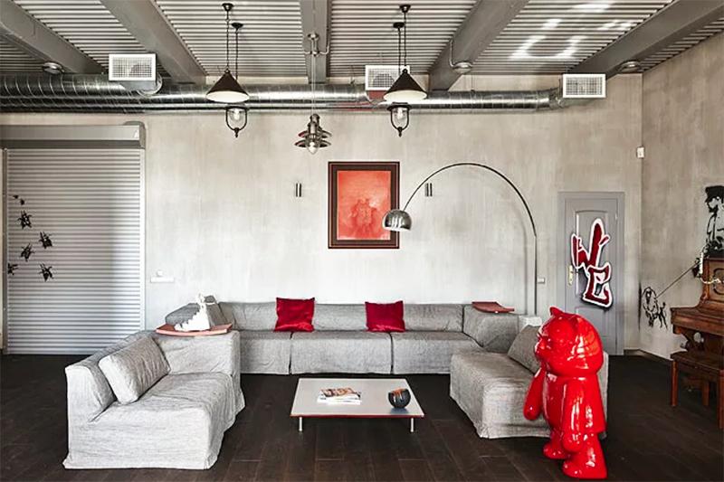 На диван и кресла сшили новые чехлы, таким образом удалось сэкономить на покупке новой мебели
