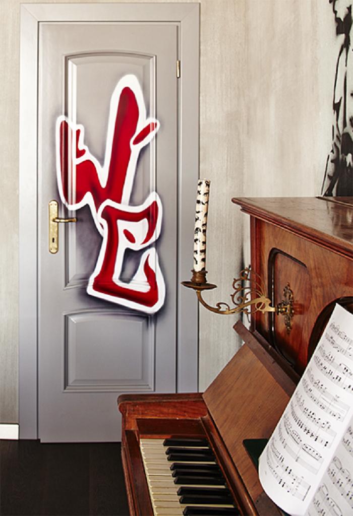 Ирина всегда хотела граффити в интерьере, и дизайнер нарисовала на двери в туалет буквы WC, выступающие контрастом к старинному пианино