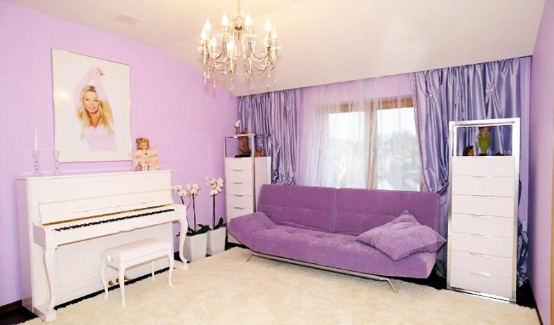 Комнату украшают ухоженные белые орхидеи в высоких кашпо