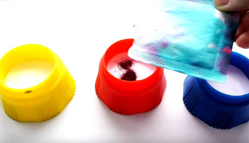 Насыпьте пищевой краситель в каждую баночку. Слишком много не нужно, интенсивность цвета вы можете регулировать, меняя количество красителя
