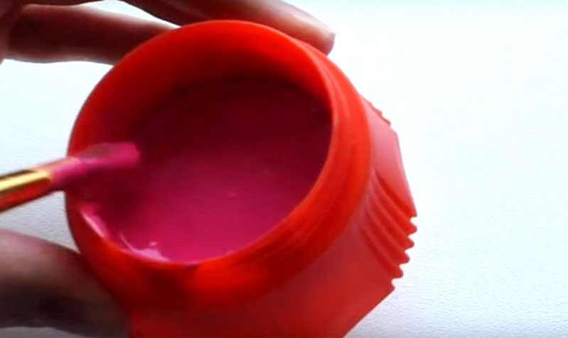 Размешайте клей до такого состояния, чтобы все крупицы красителя полностью растворились. Краски готовы. Но помните: они очень быстро высыхают, и хранить их долго не получится. Если у вас баночки с крышками, закройте, а если нет – используйте пищевую плёнку для герметизации тары
