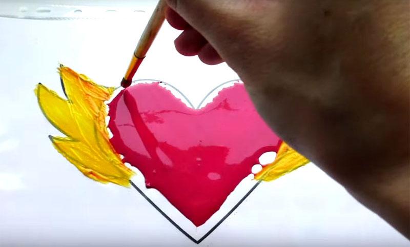 Теперь по контурам нанесите ваши самодельные витражные краски с помощью кисти. Помните: чем гуще вы наложите краску, тем лучше