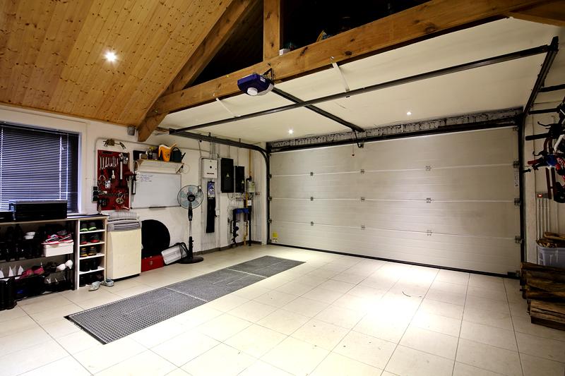 Идеальный вариант для гаража-квартиры – это плитка. Её удобно укладывать и мыть