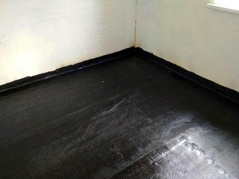 Начинайте ремонтные работы в ванной с прокладки гидроизоляции на полу
