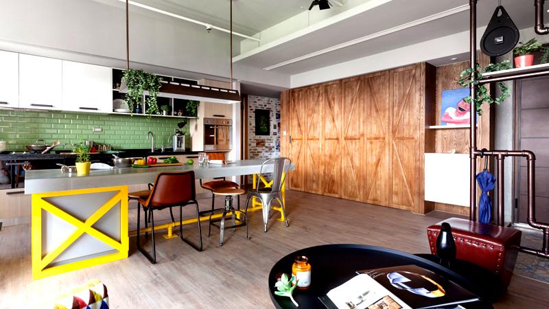 Если ваши ресурсы ограничены, подумайте, какие вещи и предметы мебели понадобятся вам в первую очередь. Чаще всего это кровать, обеденный стол и шкаф. Установите минимум мебели и постепенно дополняйте квартиру новыми вещами