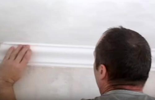 Как клеить потолочный плинтус: особенности монтажа и финишной отделки