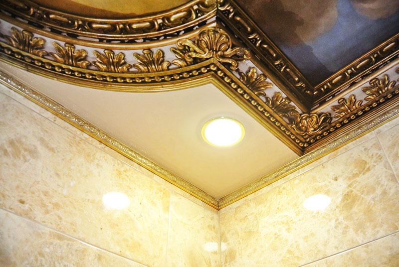 Декорирование подвесных потолков багетами