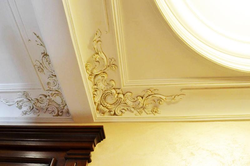 Гипсовый потолочный плинтус часто сочетается с аналогичной по дизайну лепниной