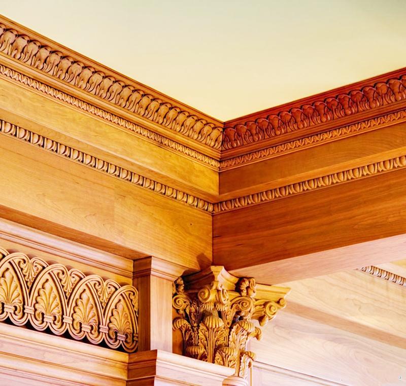 В отличие от бюджетных плинтусов, резные деревянные фризы выделяются высочайшим художественным исполнением и соответствующей стоимостью