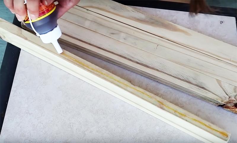 Используйте обрезки тех же планок от вашей решётки. Скрепите их между собой, используя строительный клей