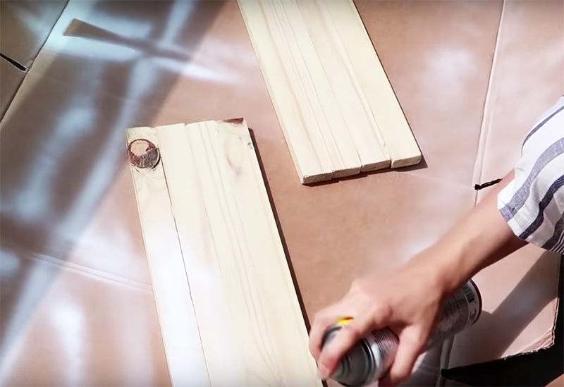 Покройте деревянное панно краской в тот же тон, что и решётку