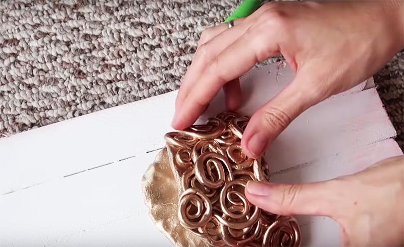 Можно добавить к нему небольшой кармашек из той же шпаклёвки с фантазийным узором, выкрашенный в золото или серебро