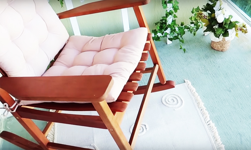 Главный предмет на таком балконе – конечно, кресло. Вот когда вы можете реально воплотить свою мечту о качалке. Все ваши друзья просто потеряют покой от зависти