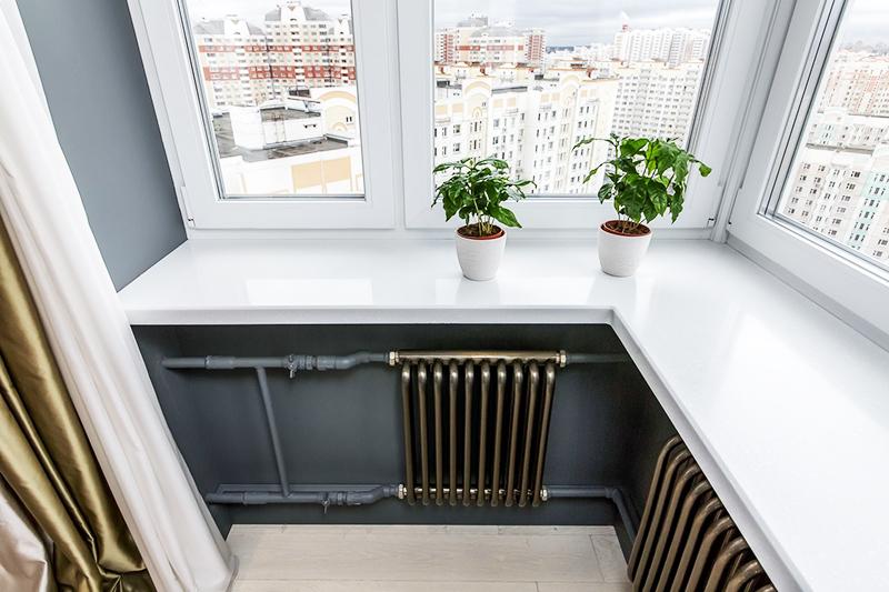 Обычный пластиковый подоконник с лёгкостью заменит письменный стол в гостиной или детской комнате