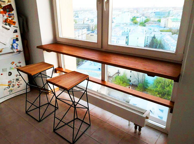 Подоконник на балконе тоже можно расширить и превратить в удобный стол, а если сбоку установить открытые стеллажи, то вы сможете перенести на балкон всю домашнюю библиотеку