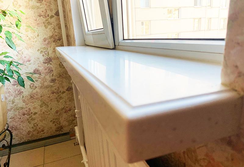 Подоконник из искусственного камня с красивой фигурной кромкой обязательно станет украшением вашей кухни или гостиной