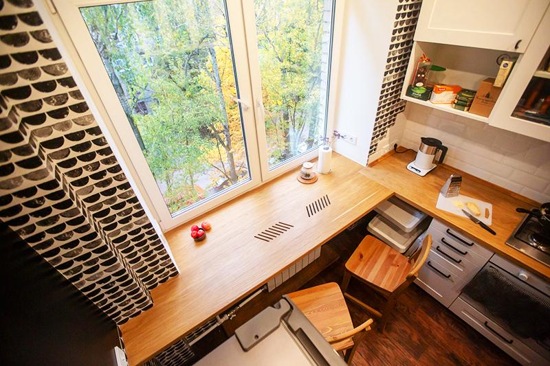 Другой удобный и функциональный вариант – установка дополнительной столешницы сбоку, так, чтобы получился угловой стол. Это удобный вариант не только для рабочего кабинета, но и для кухни – на одной поверхности вы можете готовить, а на другой ─ хранить блендер, кофеварку и другую бытовую технику