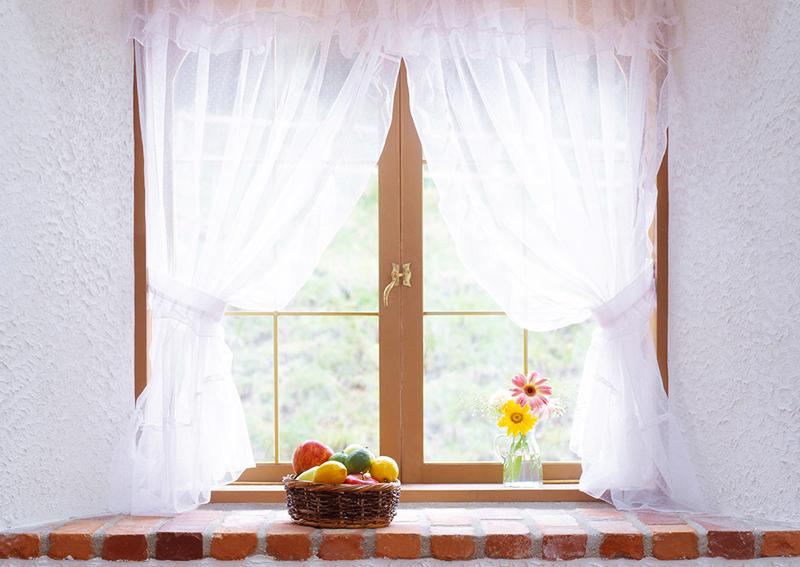 Заранее определитесь с тем, что будет стоять на подоконнике. Хрупкие и стеклянные предметы стоит располагать только на широких подоконниках с вариантом длины штор до пола