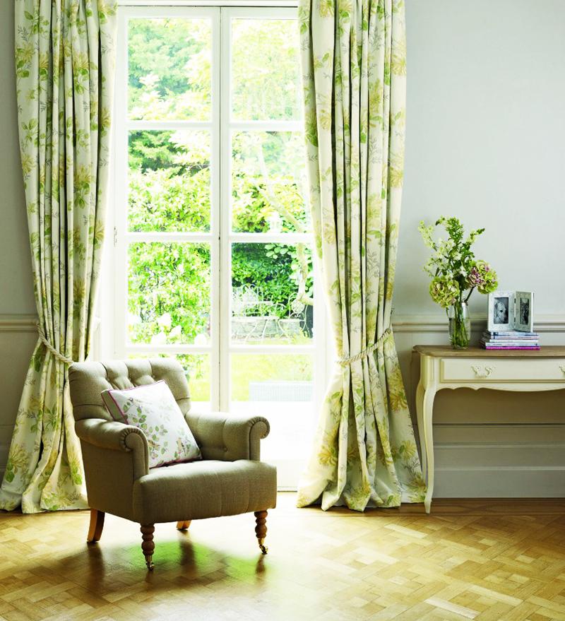 По сторонам окна чаще всего «захват» стены ограничивается 15 см
