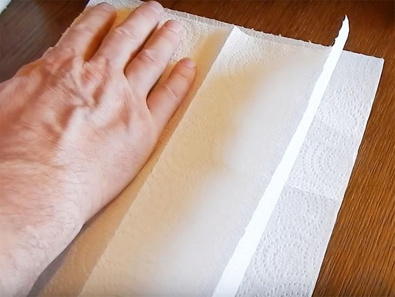 оторвите два квадратных куска от общего рулона и сложите их вместе. двойной слой будет более надёжным