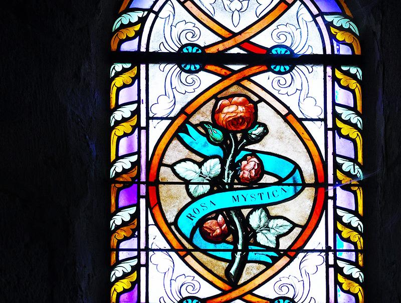 По внешнему виду такие витражи напоминают те, которые стоят в популярных готических соборах мира
