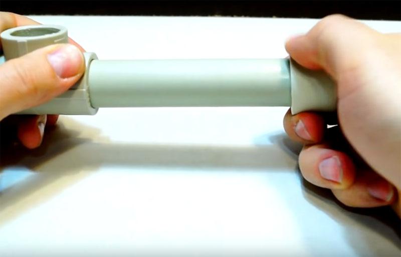 Соединения частей конструкции осуществляется с помощью фитингов – тройников из такого же пластика, что и трубы