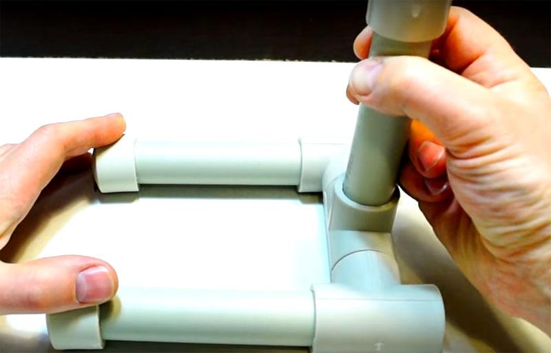 Устойчивость лампы гарантируют две параллельные опоры, которые будут стоять на столе