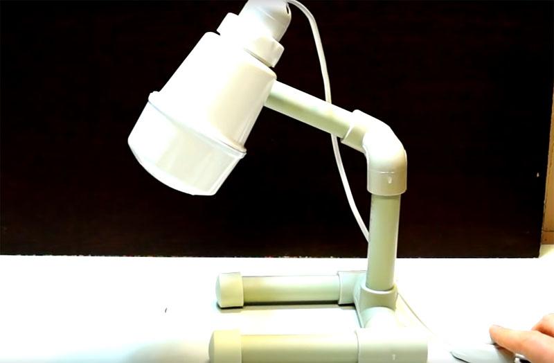 После окончательной сборки лампа будет выглядеть вот так. За счёт подвижности соединений фитингов плафон может менять своё положение. Лампа смотрится очень оригинально и легко вписывается в обстановку рабочего стола, вполне уместна на столешнице в кухне или на полочке в ванной комнате