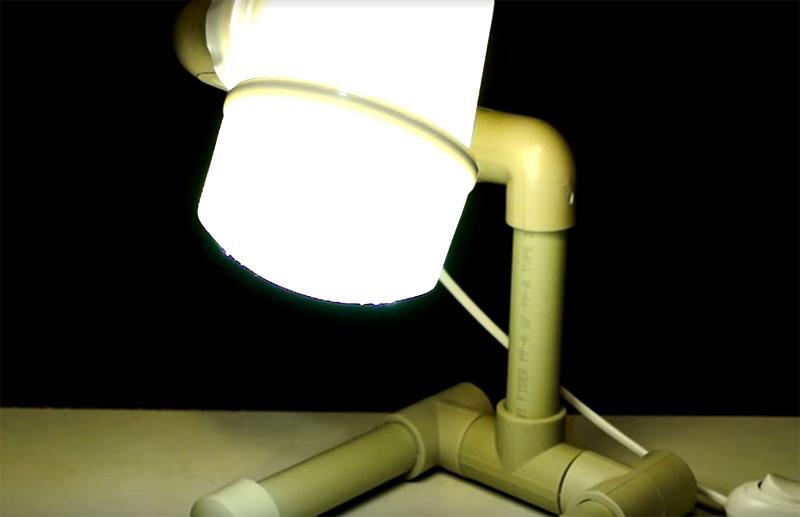 Если включить лампу, пластик будет просвечивать, пропуская свет, к тому же, иллюминация будет просачиваться сквозь отверстия в крышке плафона, давая необычный эффект
